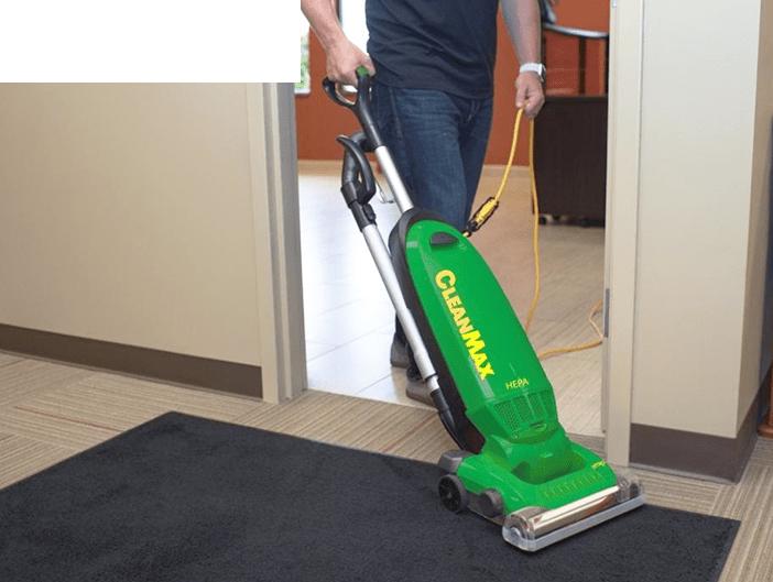 Aspiradora vertical CleanMax en uso.